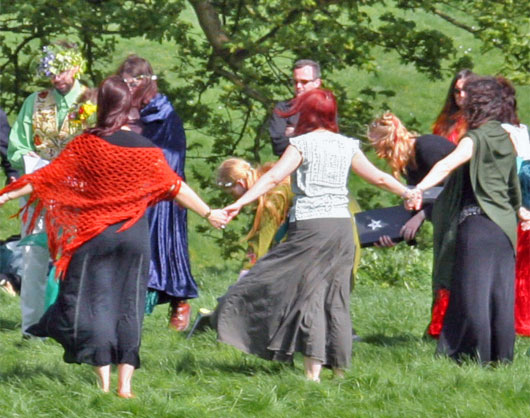 Pagan handfasting ceremony at Avebury. Image via Wikimedia Commons, CC license 2.0