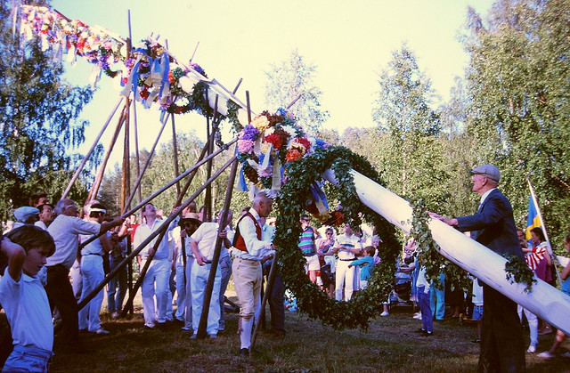 Maypole erection 1988 by Hans Kylberg (CC BY 2.0)