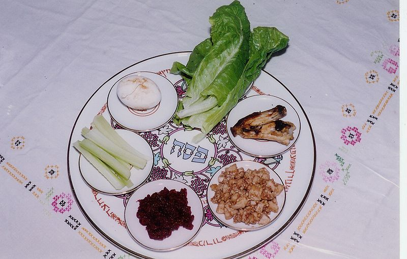 Seder Plate by Yoninah. CC license 3.0. Image via Wikimedia Commons.