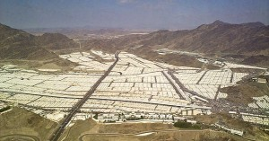 Mina Tent City. By Omar Chatriwala of Al Jazeera English (Some perspective on Mina) [CC BY-SA 2.0 (http://creativecommons.org/licenses/by-sa/2.0)], via Wikimedia Commons