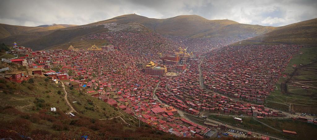 Larung Gar, Tibetan city in Sichuan, at 4000m high by Valerian Guillot (Flickr CC, edited)