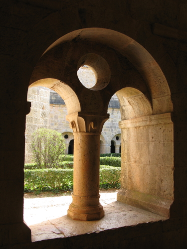 Cloister of L'abbaye du Thoronet. Photo by Gilles Barattini.