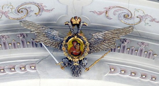 (Wolfgang Sauber, Waidhofen an der Thaya ( Lower Austria ). Parish church of the Assumption: Crowned double-headed eagle with painting of Madonna and Child, 18th c.; Wikimedia, CC by SA 3.0 AT)