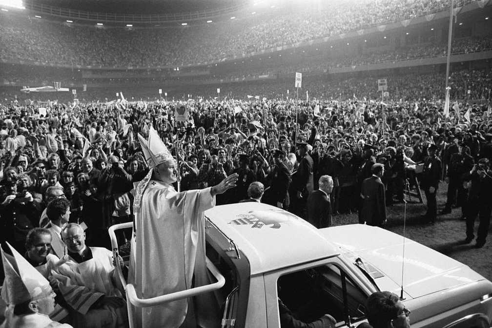 (English: Pope John Paul II at old Yankee Stadium, New York City, in October 1979; PD: This work is from the U.S. News & World Report collection at the Library of Congress. According to the library, there are no known copyright restrictions)