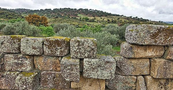stone-wall-1362481_640_opt