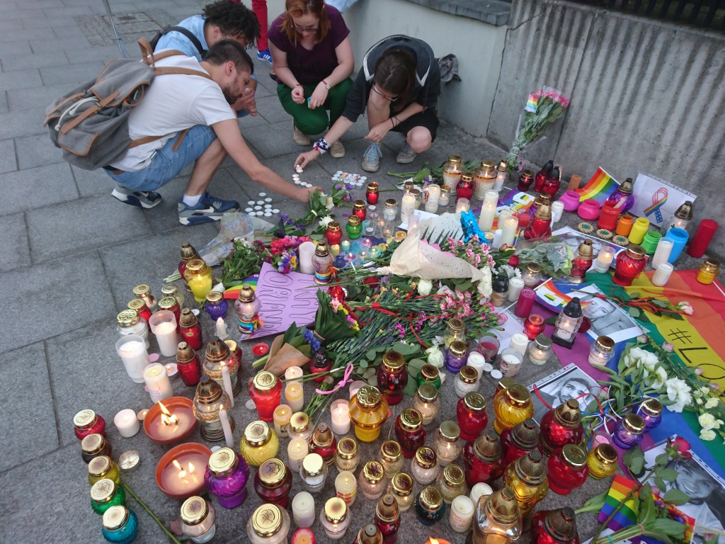 A makeshift memorial to victims of the Orlando shooting, in Warsaw Poland. Photo by MiłośćNieWyklucza, used under  Creative Commons Attribution-Share Alike 4.0 International license, taken from Wikipedia.