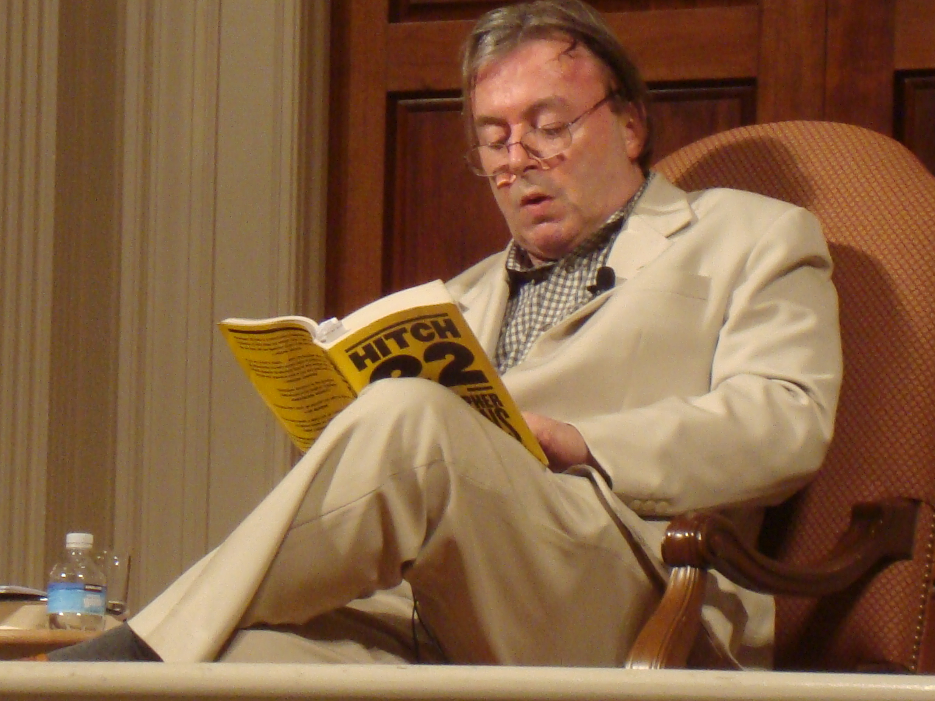 Christopher_Hitchens_reading_his_book_Hitch_22