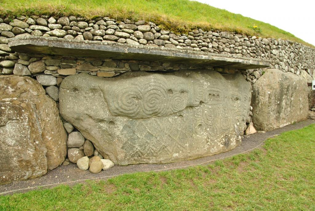 Newgrange_Stone_Age_Passage_Tomb_-_Boyne_Valley,_Ireland_(6961303714)