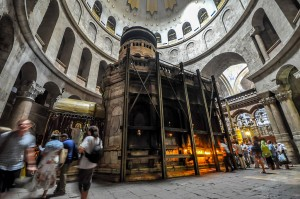 Aedicule_which_supposedly_encloses_the_tomb_of_Jesus-LR1