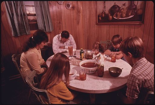 THE_WAYNE_GIPSON_FAMILY_SAYS_A_PRAYER_BEFORE_THEIR_EVENING_MEAL_IN_THE_KITCHEN_OF_THEIR_MODERN_HOME_NEAR_GRUETLI..._-_NARA_-_556611