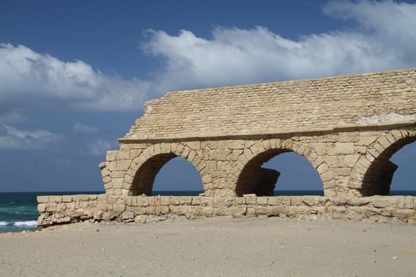 1024px-Ancient_Roman_aqueduct_in_Caesarea_Maritima_in_Israel_(1)