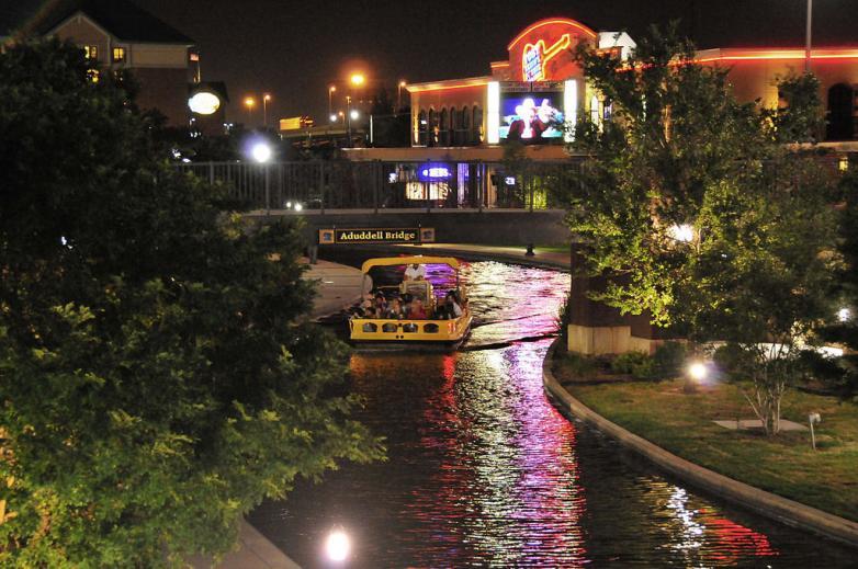1024px-Oklahoma_Bricktown_Canal_at_Night_(2535941850)