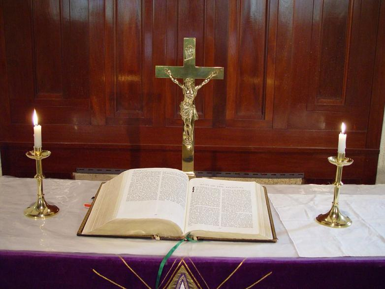 1024px-Altar_and_bible_st_Johns_Lutheran