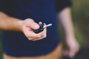 Man holding car key (pixabay)