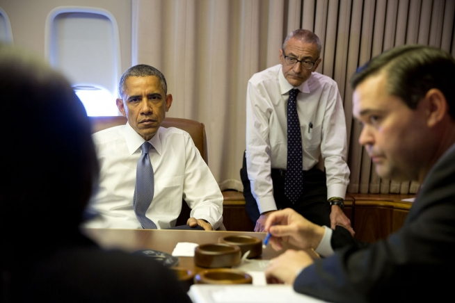 President_Barack_Obama_in_a_meeting_aboard_Air_Force_One_en_route_to_New_Delhi