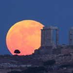 elias-chasiotis-img_6120_1338872061_lg-full-strawberry-moon-over-ancient-greek-temple-poseidon-sounio-greece-5june-20121