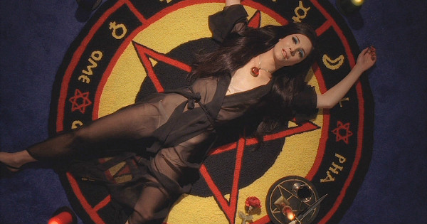 I want that rug, sadly her athame has a white handle.