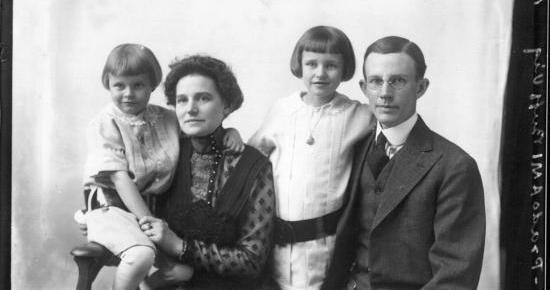 Mrs._Edwin_Stephenson_family_portrait_1915_(3191314899)