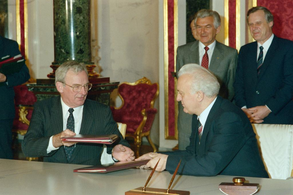 Bill Hayden with Russian Foreign Minister in 1988 (Department of Foreign Affairs and Trade CC BY 3.0 AU)