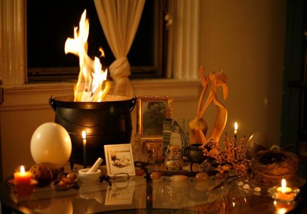 A simple and elegant Samhain Altar - Moon Wman Rising blog.