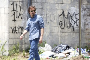 Journalist Gary Webb (Jeremy Renner) exploring South Central L.A.