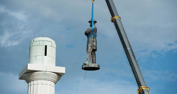 Robert E. Lee statue removed in May, 2017 By Abdazizar (Own work) [CC BY-SA 4.0 via Wikimedia Commons (cropped)