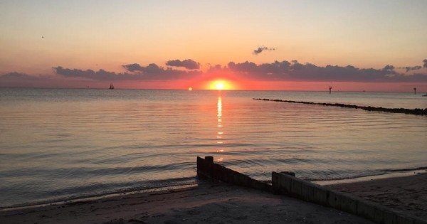 Sunset into the sound, from the beach on Okracoke Island ~ Photo y Heron Michelle
