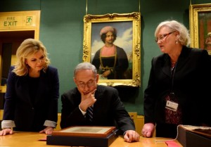 Bibi comes face to face with Balfour at the British Library. Photo credit: Israel Govt. Press Office