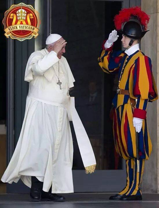 Pope_Francis_Returns_Salute