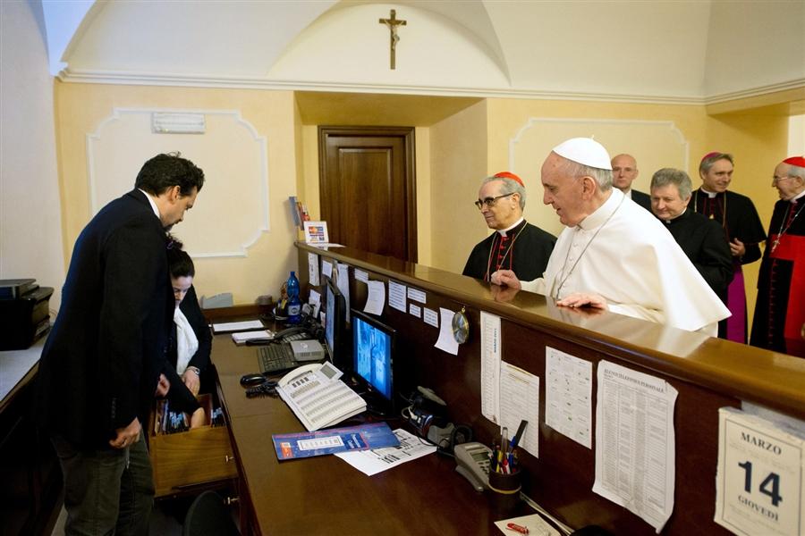 pope-pays-hotel-bill