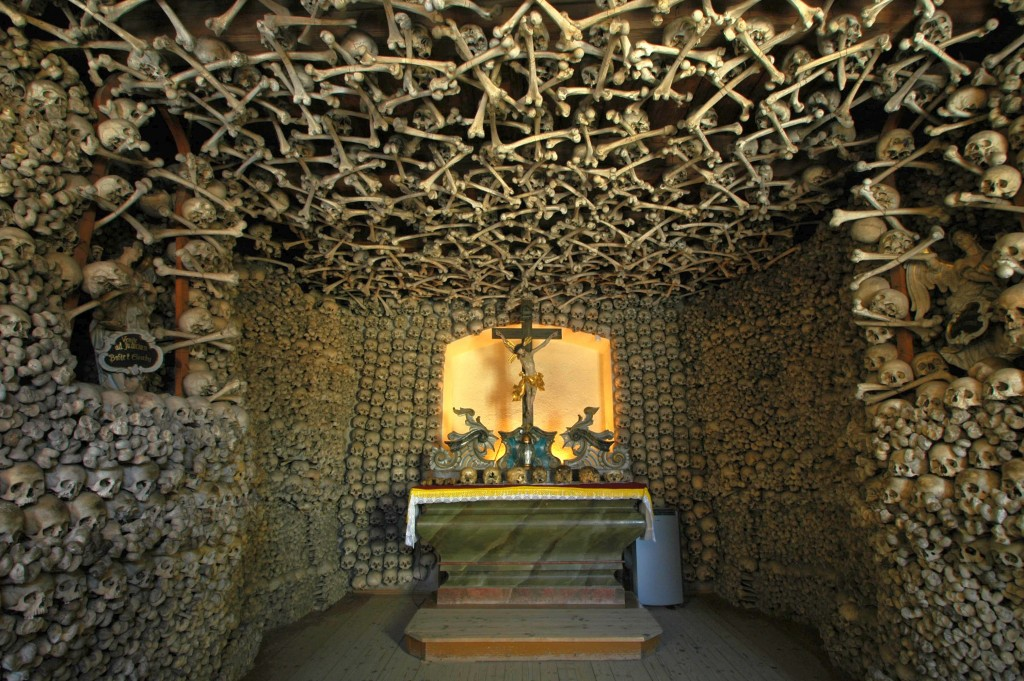 Poland_-_Czermna_-_Chapel_of_Skulls_-_interior_06