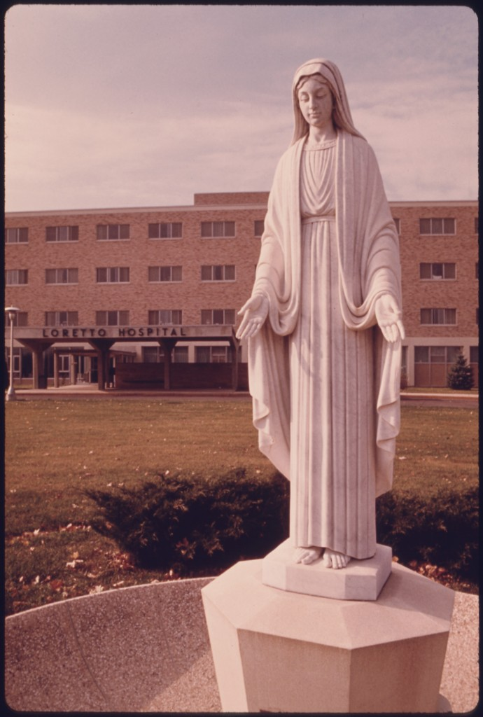 STATUE_OF_THE_VIRGIN_MAY_IN_FRONT_OF_THE_CATHOLIC_LORETTO_HOSPITAL_IN_NEW_ULM,_MINNESOTA._THE_TOWN_WAS_FOUNDED_BY_A..._-_NARA_-_558164
